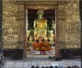 bonze-dans-la-pagode-au-laos